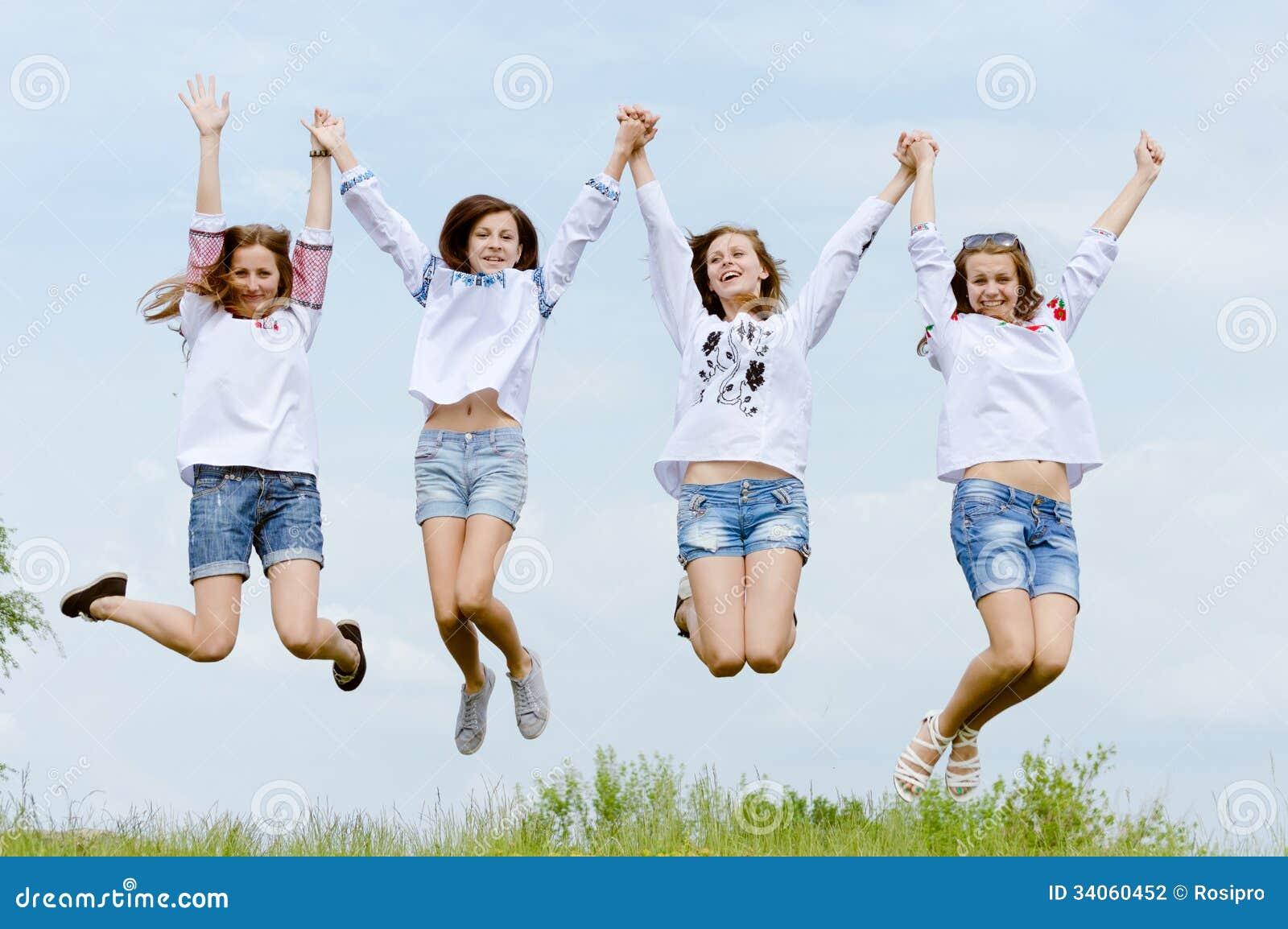 Dos Amigas Adolescentes Que Sonríen Compartiendo Secreto Imagen De