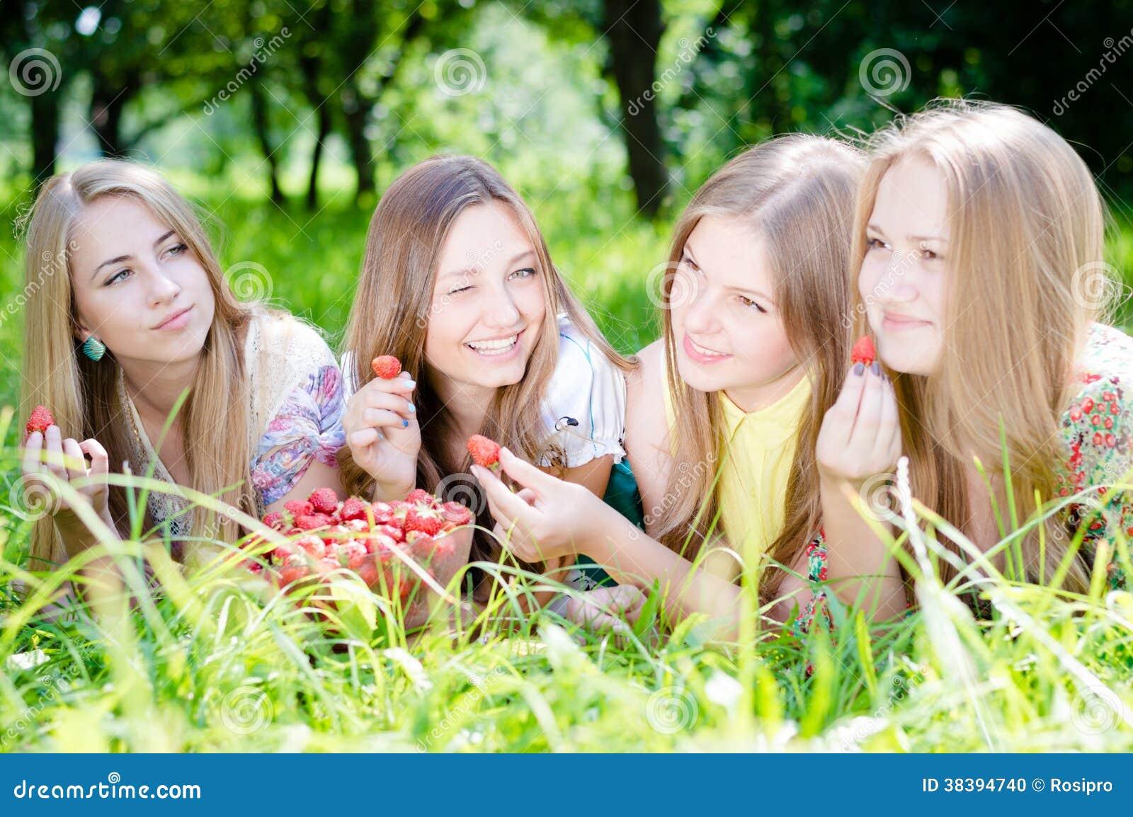 Cuatro Amigas Hermosas De Las Mujeres Jovenes Al Aire Libre Foto De