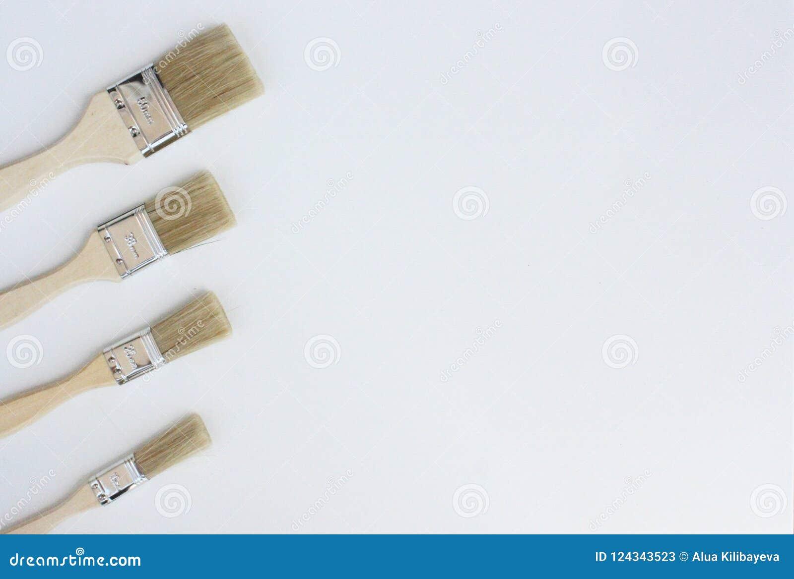 Cuatro cepillos amarillos para pintar
