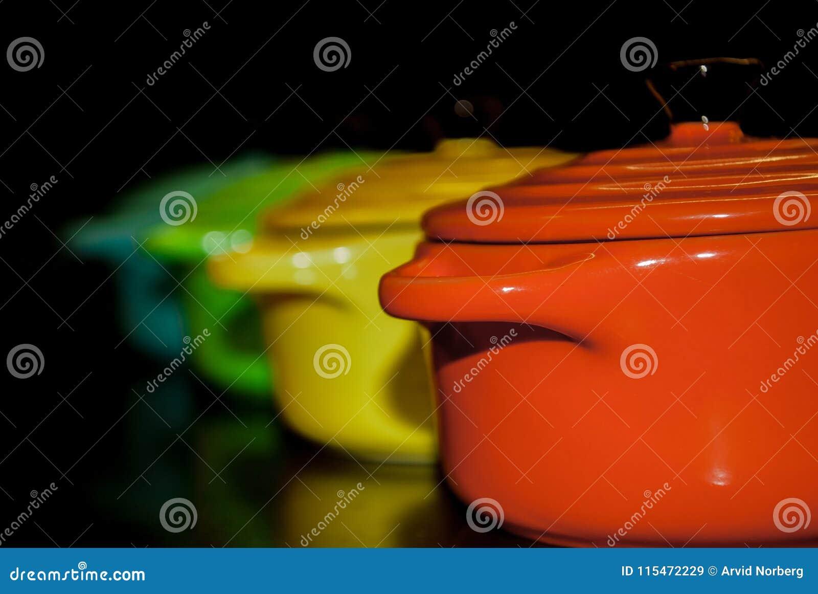 Cuatro coloridos y cuencos vibrantes