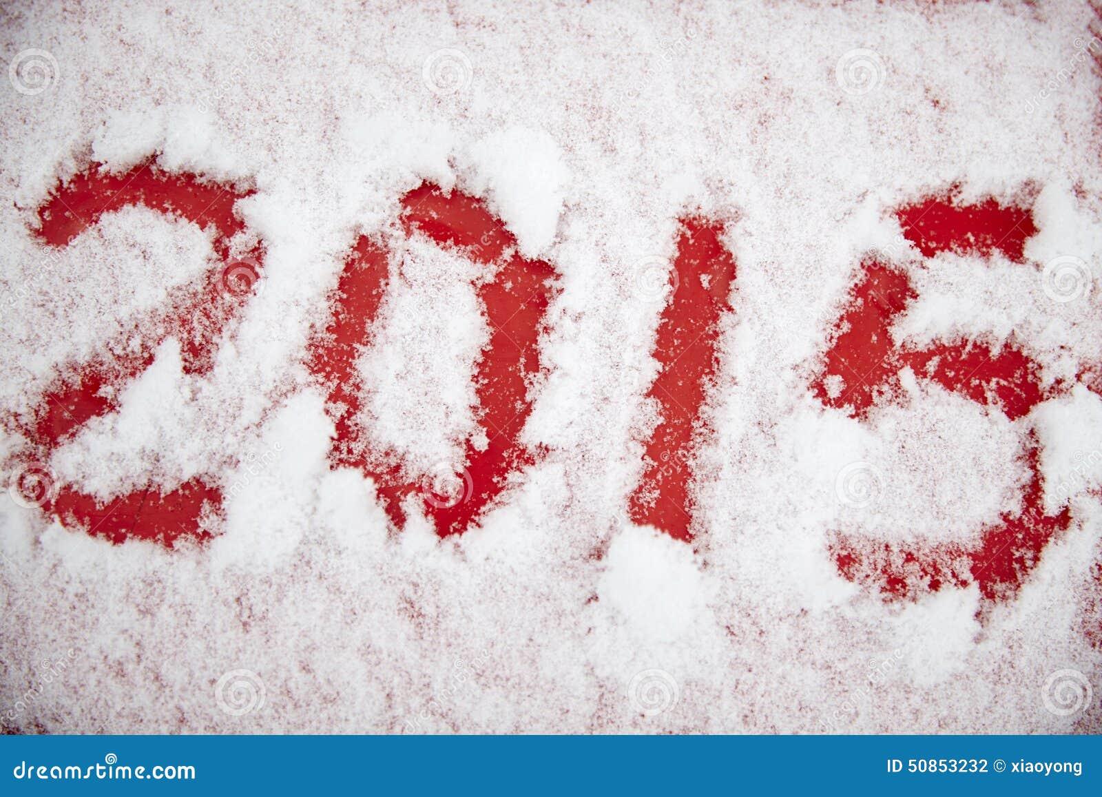 Cuatro dígitos escritos en la nieve blanca