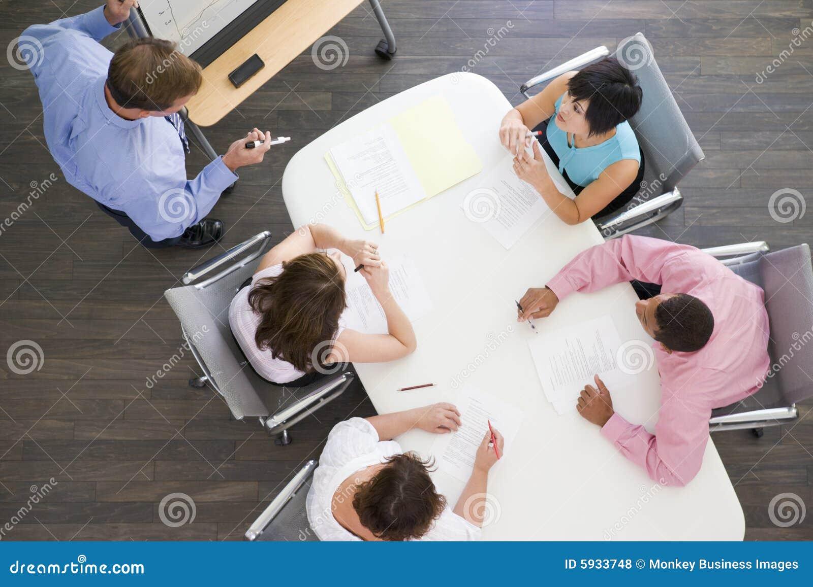 Cuatro empresarios en el vector de la sala de reunión