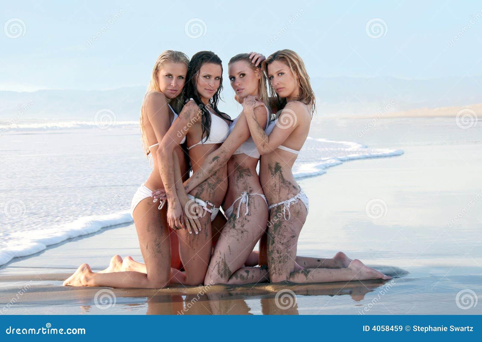 Cuatro modelos magníficos del bikiní