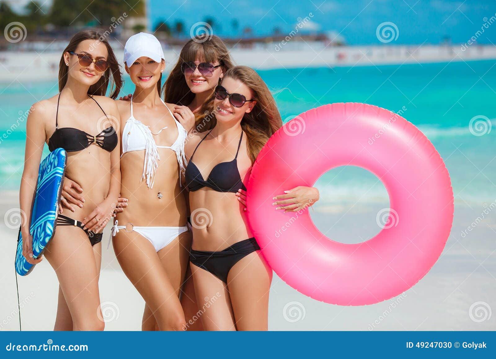 Cuatro mujeres en bikinis con la cuerda de salvamento for Hotel para cuatro personas