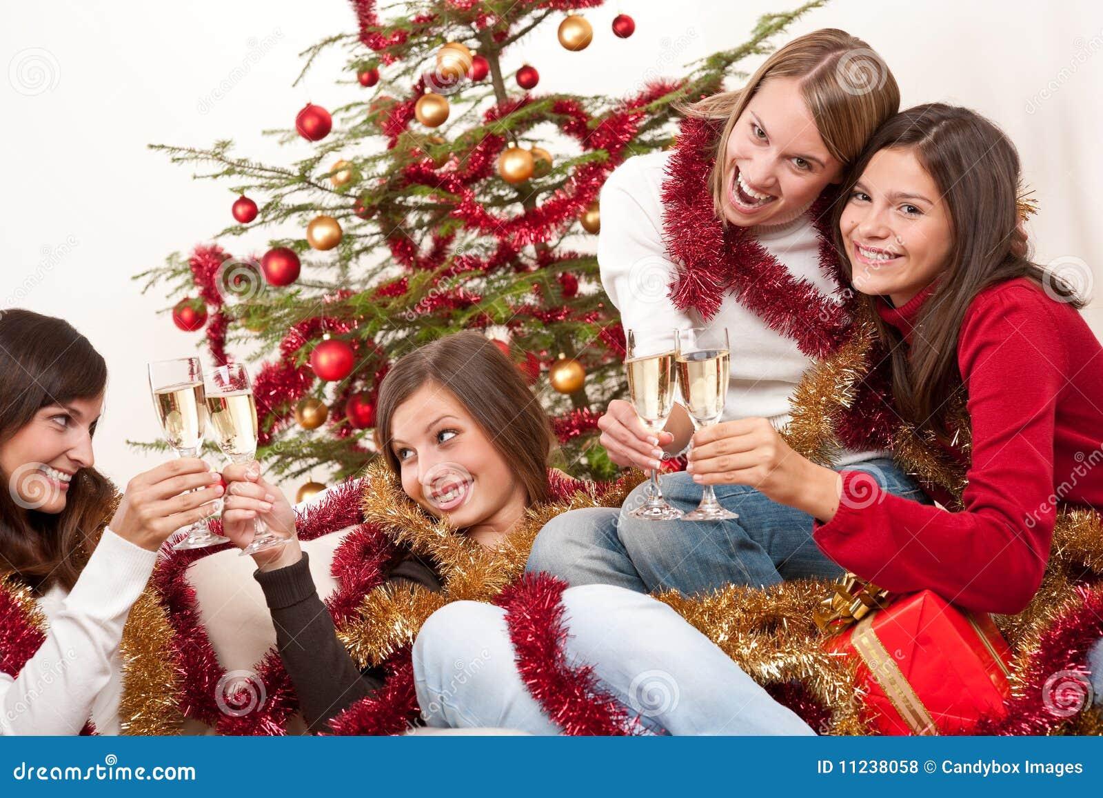 Cuatro mujeres sonrientes en la navidad fotos de archivo for Hotel para cuatro personas