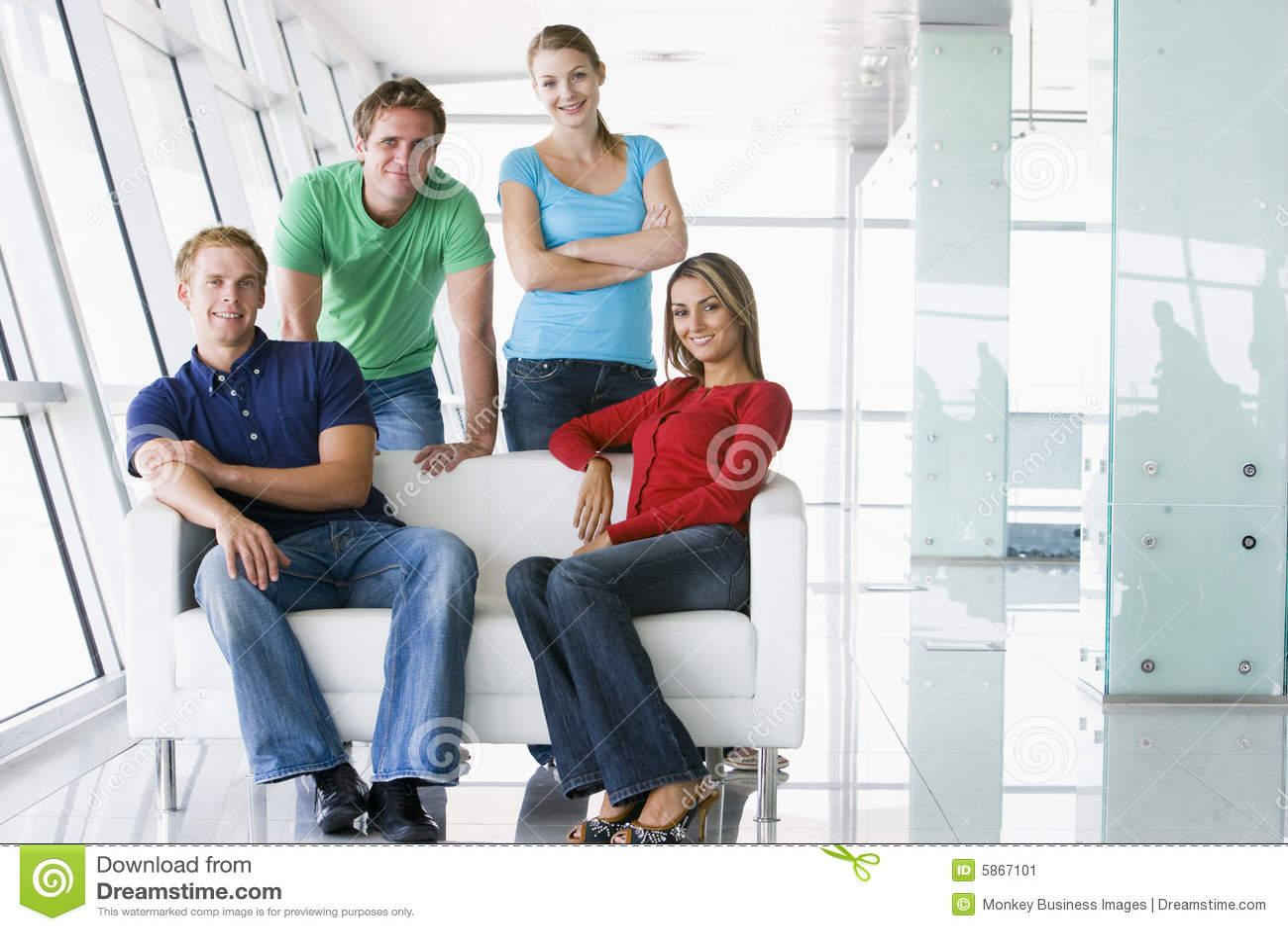 Cuatro personas en la sonrisa del pasillo
