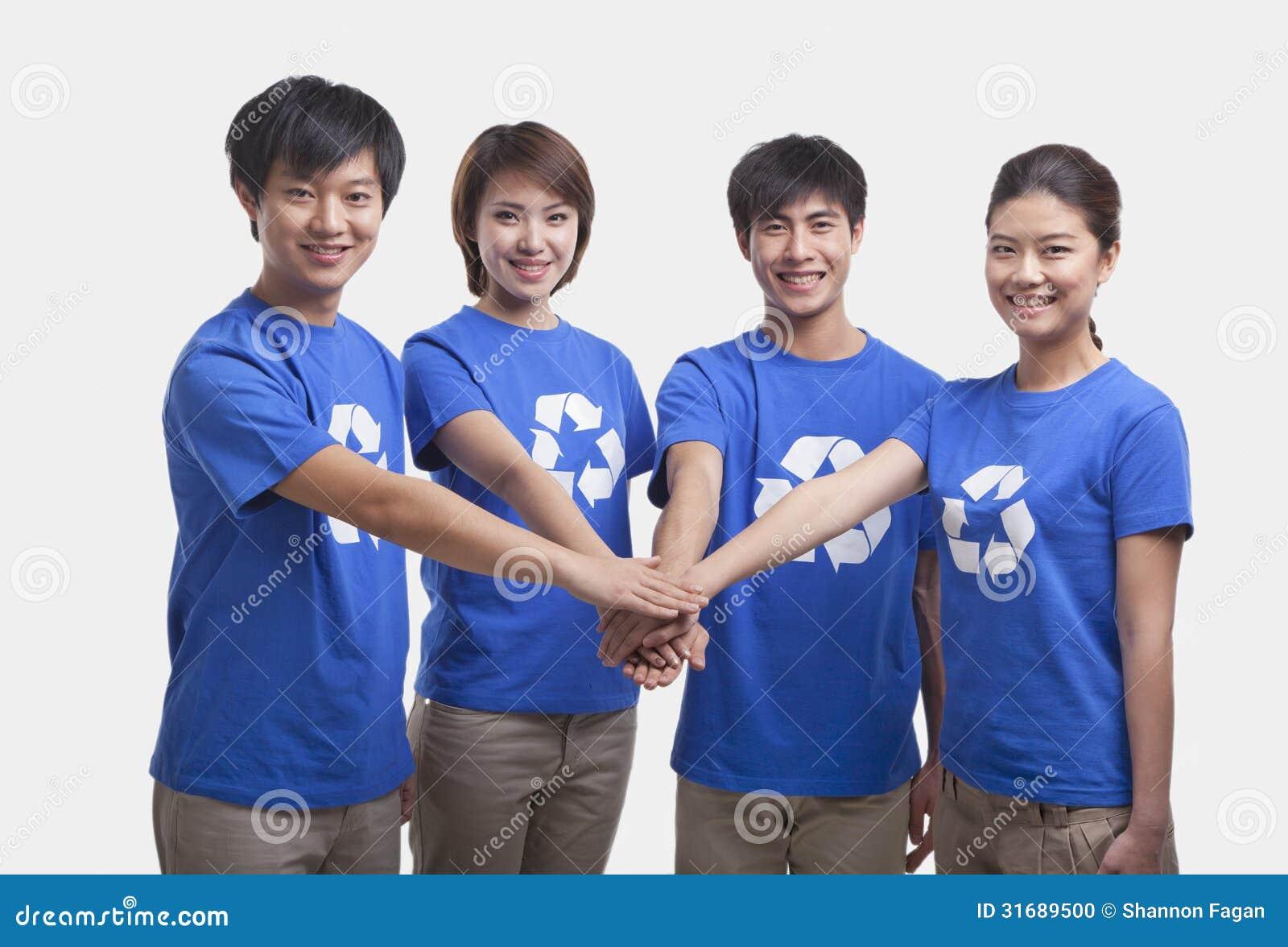Cuatro personas jovenes en el reciclaje de las camisetas for Hotel para cuatro personas