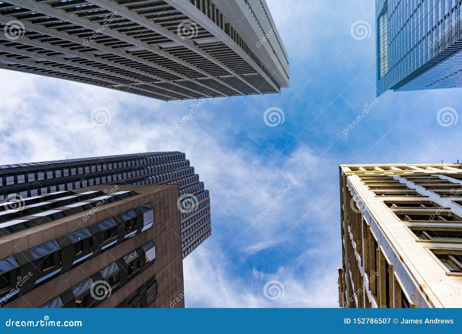 Cuatro rascacielos en Chicago céntrica