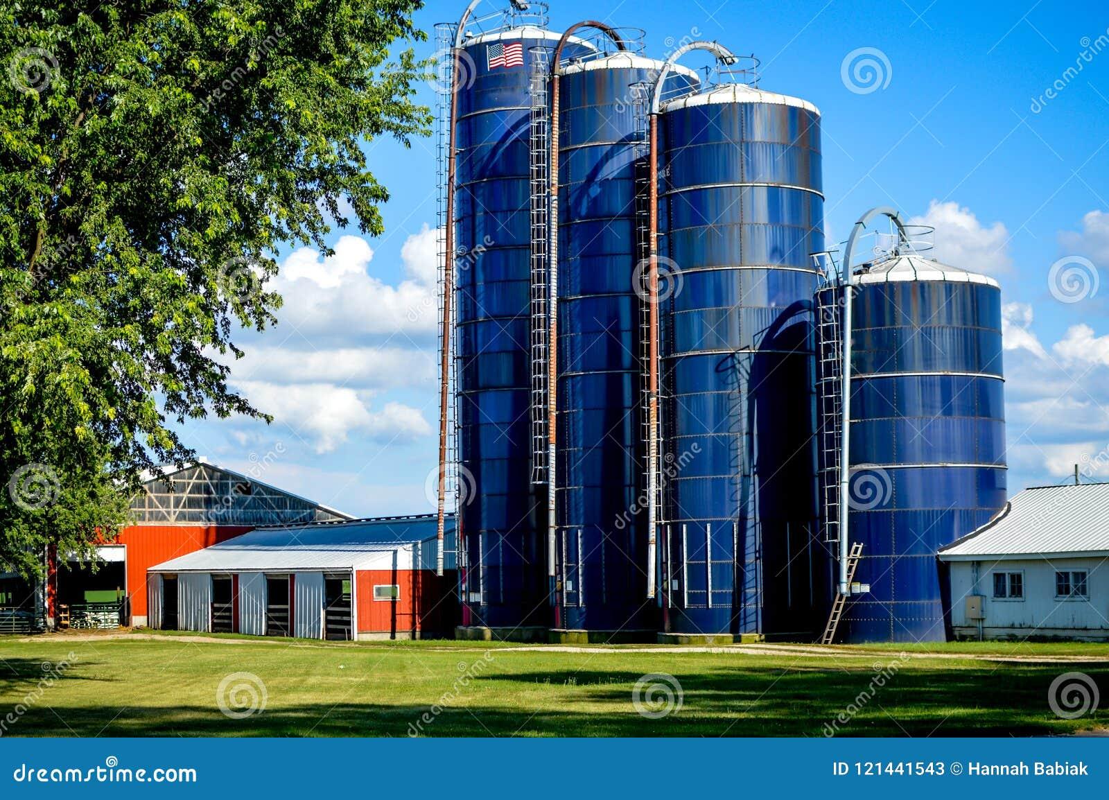 Cuatro silos azules del granero en una granja