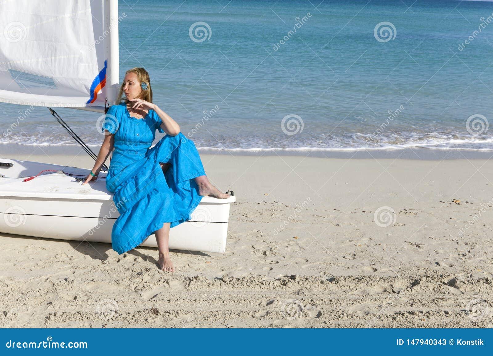 Cuba Belle femme sur la mer bleue pr?s du bateau avec une voile