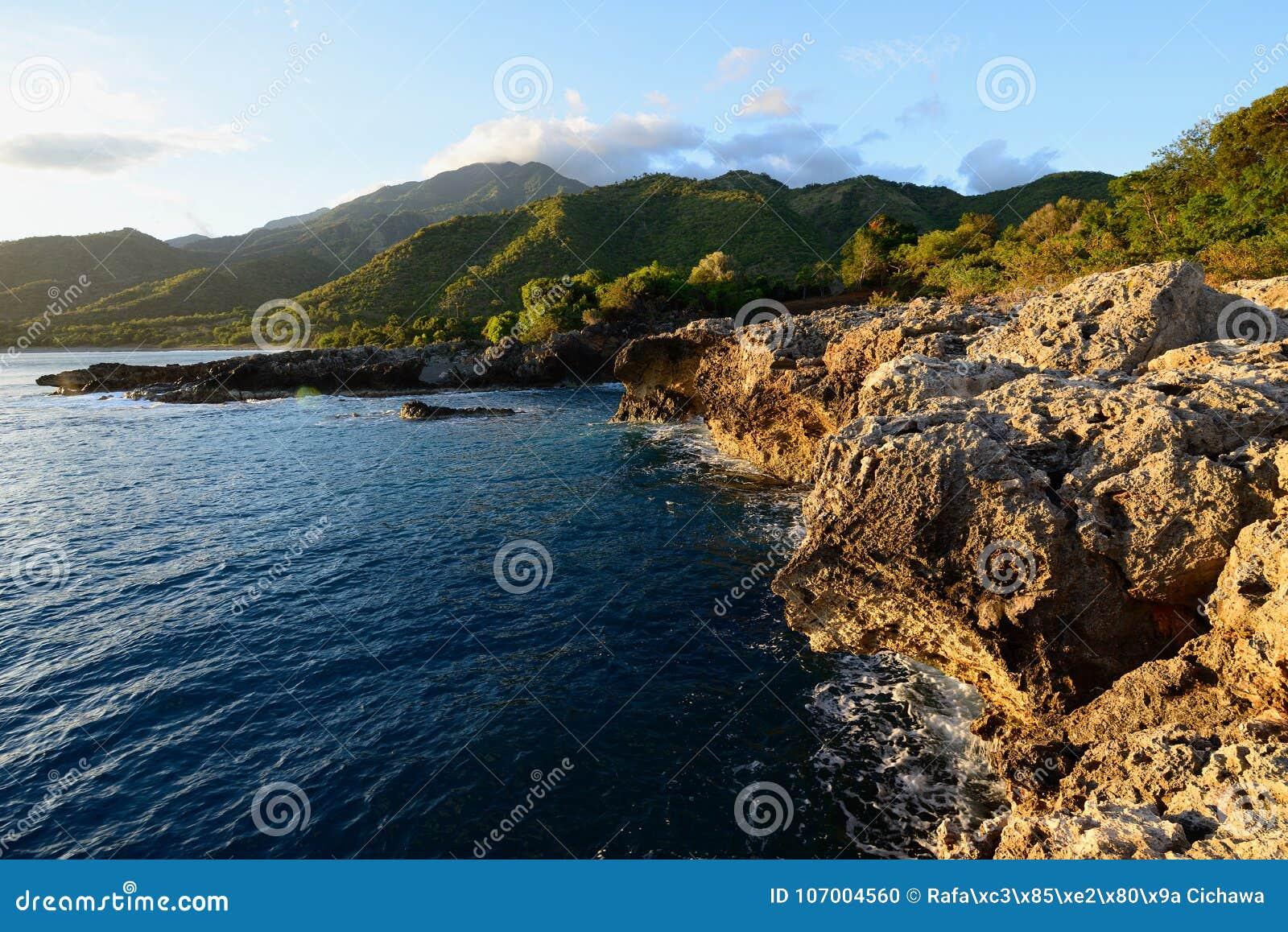 Cuba, costa de Sierra Maestra del mar del Caribe