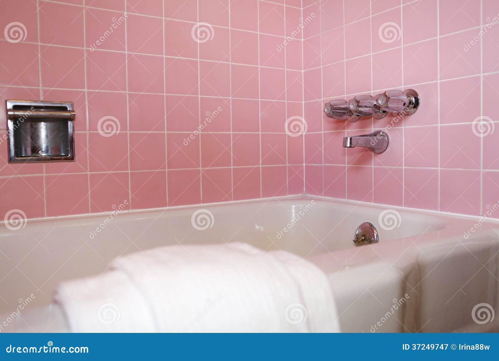 Cuba Do Banheiro Com A Parede Cor de rosa Da Telha Fotografia de Stock  #82A328 1300 957