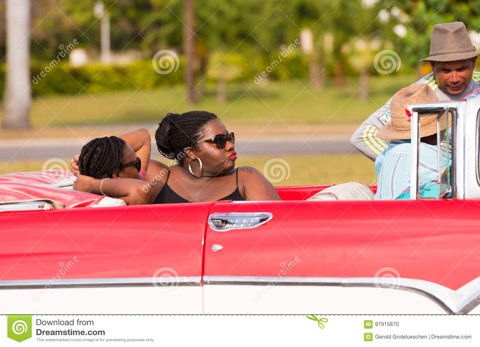 CUBA, HAVANA - 5 DE MAIO DE 2017: Mulheres africanas em um convertible Close-up