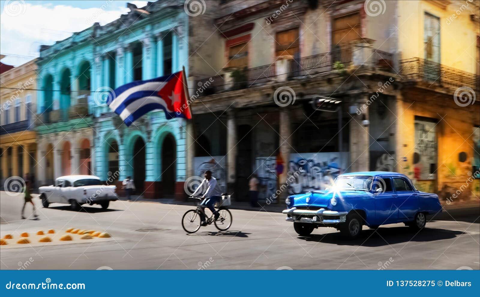 CUBA, HAVANA - JANUARI 16, 2019: Oude Amerikaanse blauwe auto en mensen in de oude stad van Havana