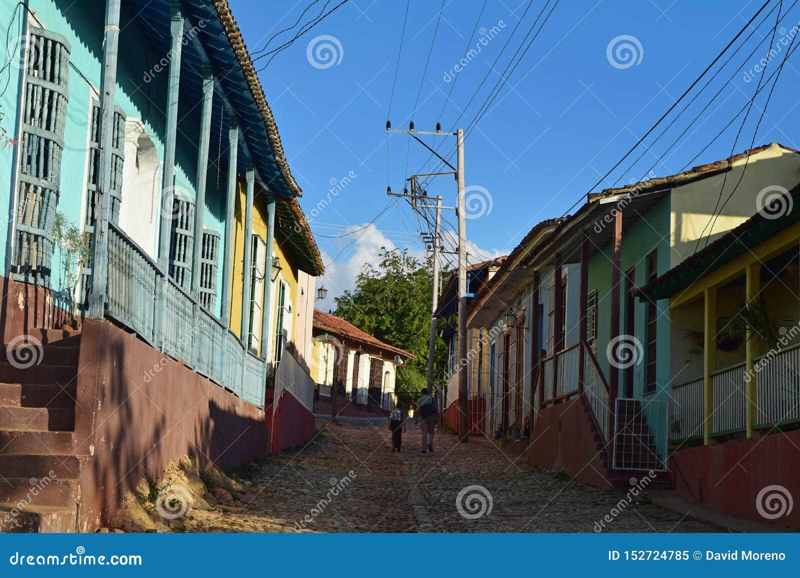 Cuba, Havana, o 16 de fevereiro de 2018: pai e filho em sua casa da maneira