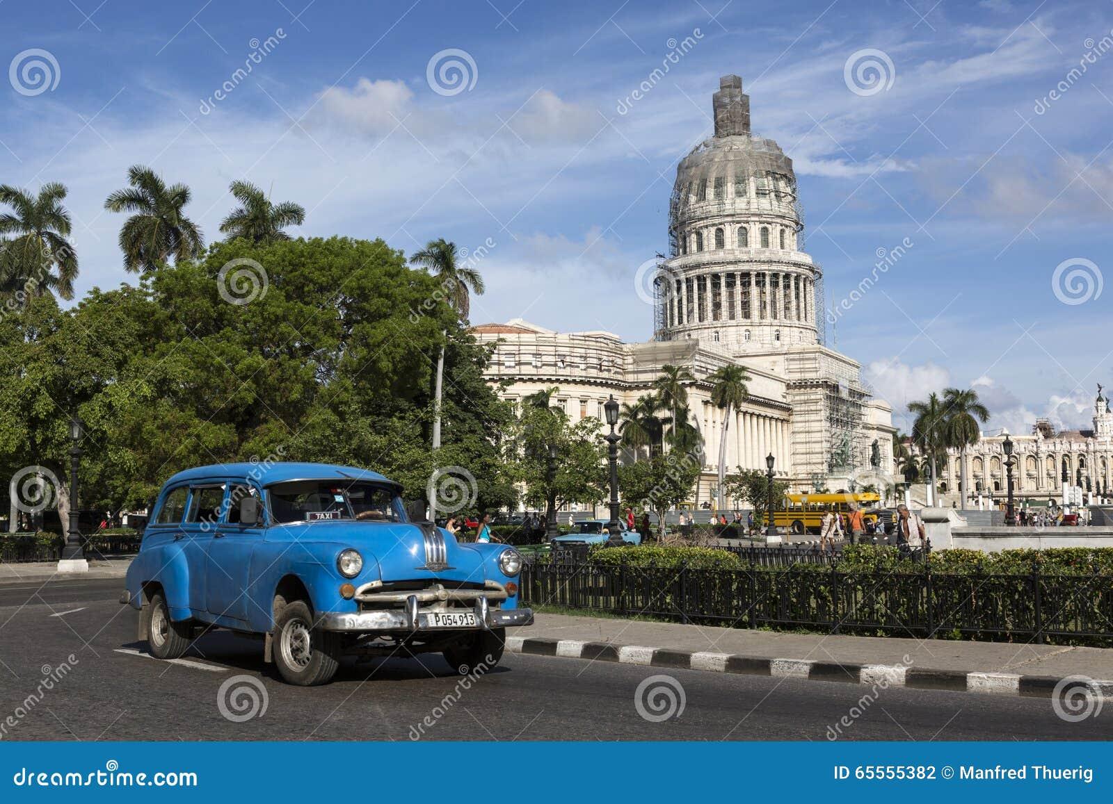 Cuba, La Habana, coche viejo delante de Capitolio
