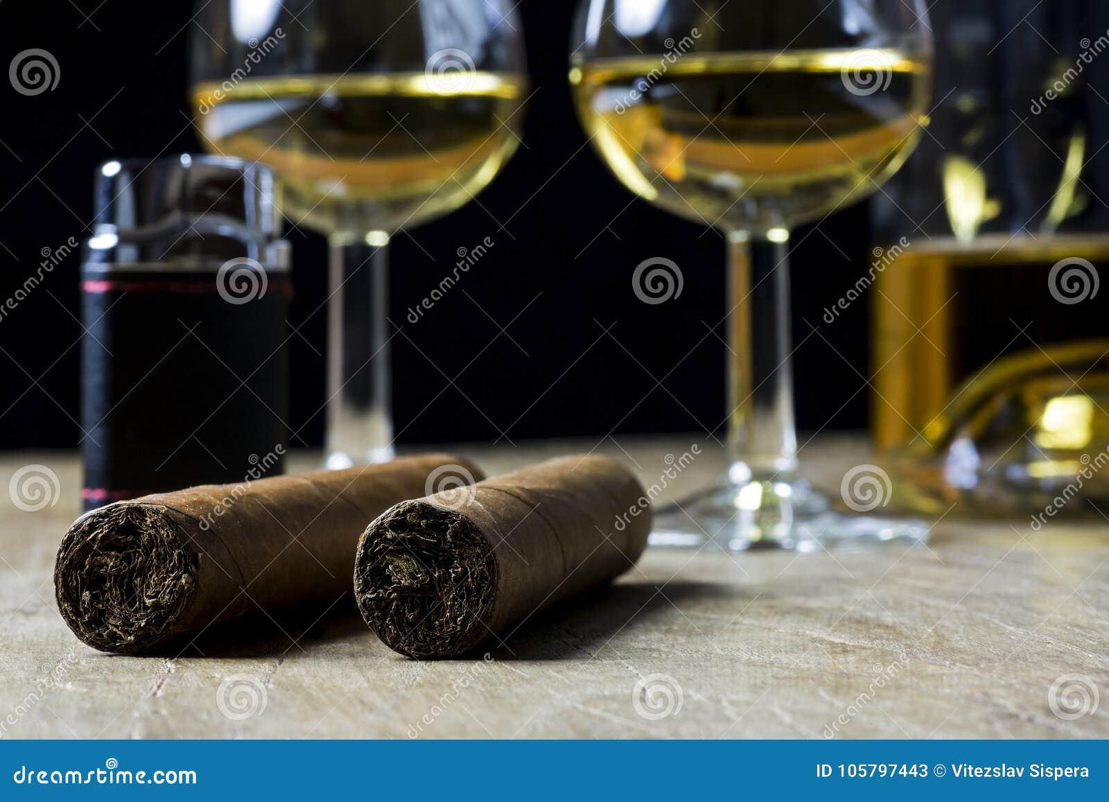 Cubaans sigaren, fles en glas twee whisky en lichter, op ol