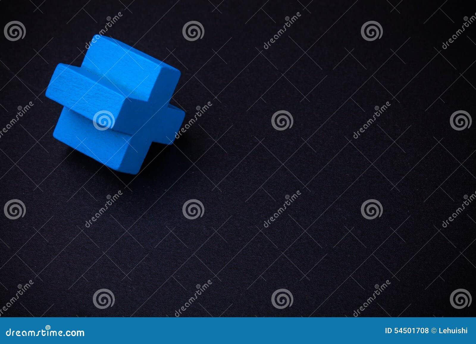 Cube croisé bleu sur le tableau noir