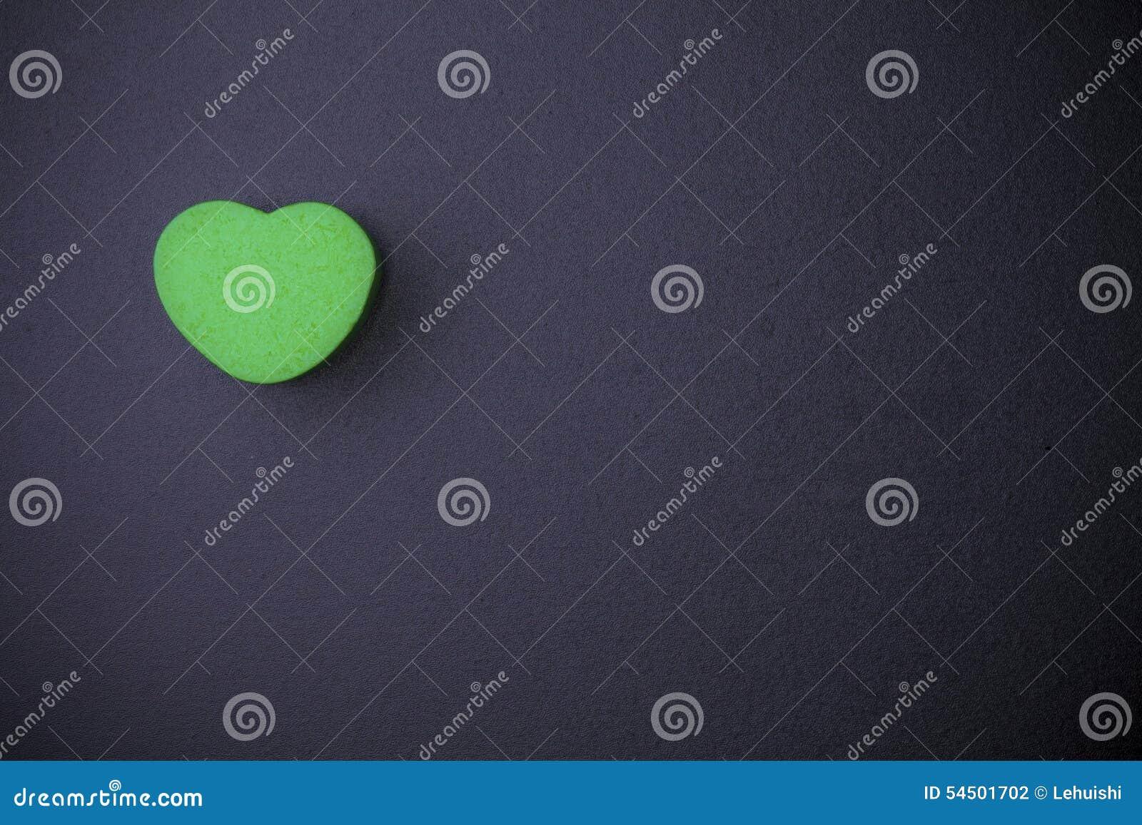 Cube en forme de coeur sur le tableau noir