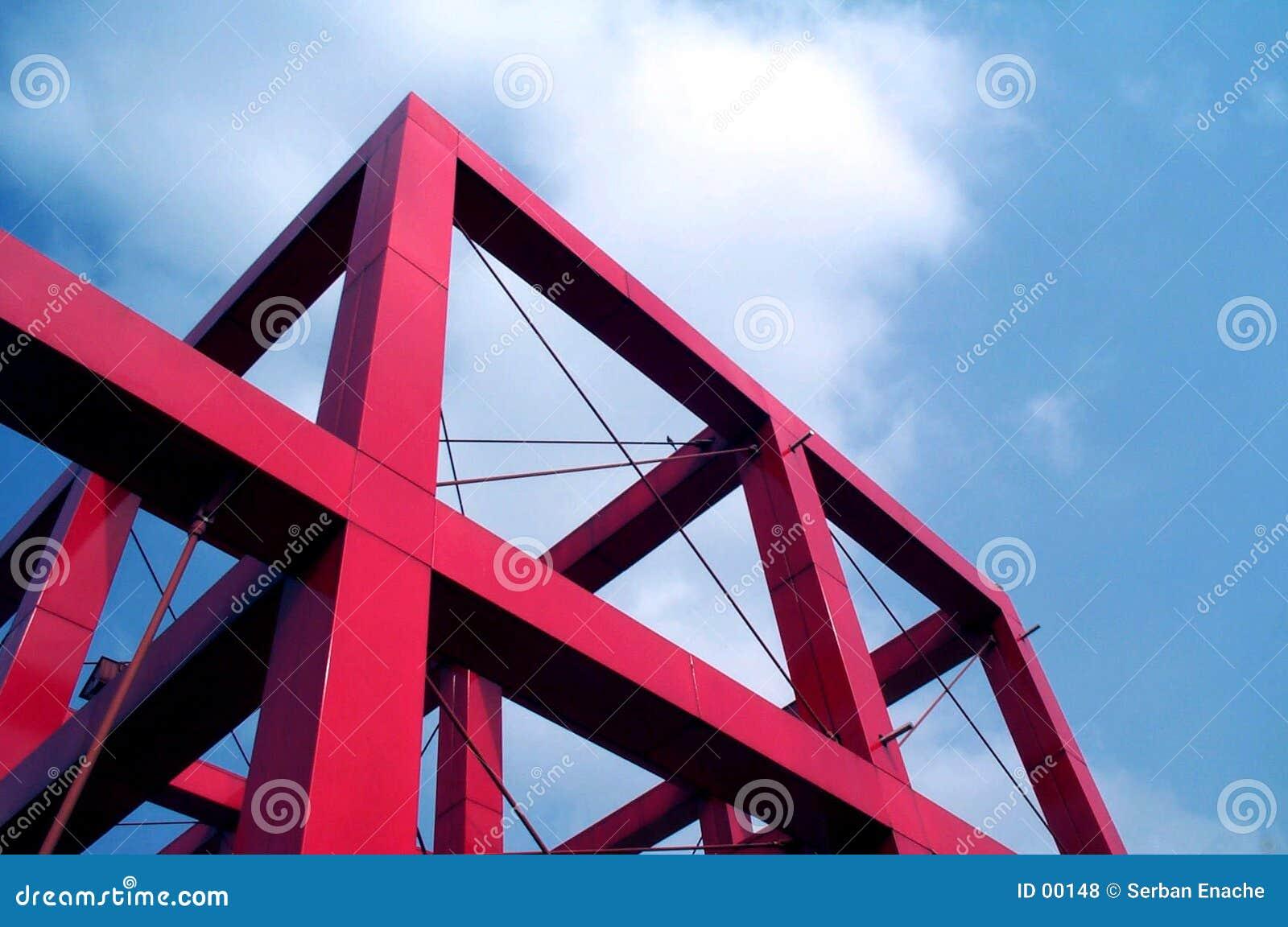 Cube rouge contre le ciel bleu