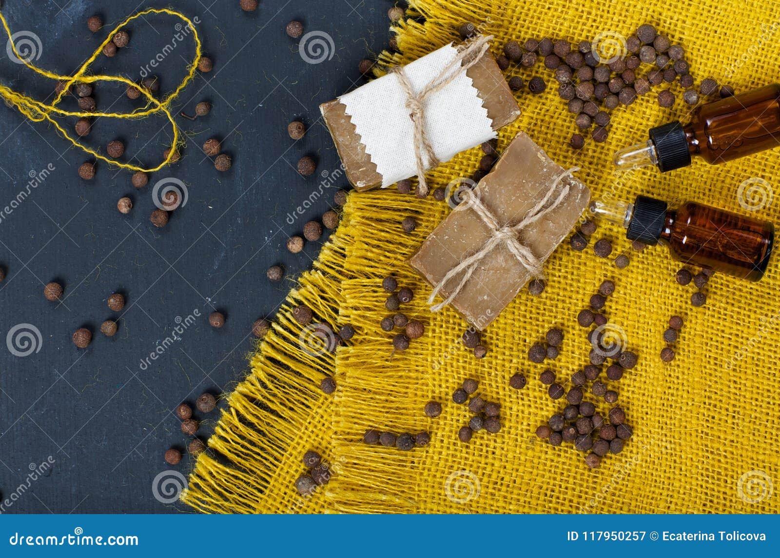 Cubebpepparkorn, tvål och nödvändig olja för cubeb på ett träs