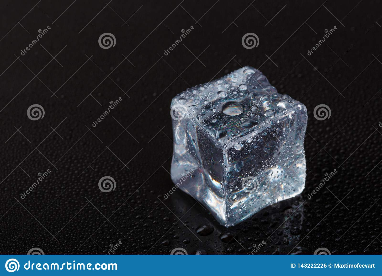 Cubes de glace claire sur une table noire
