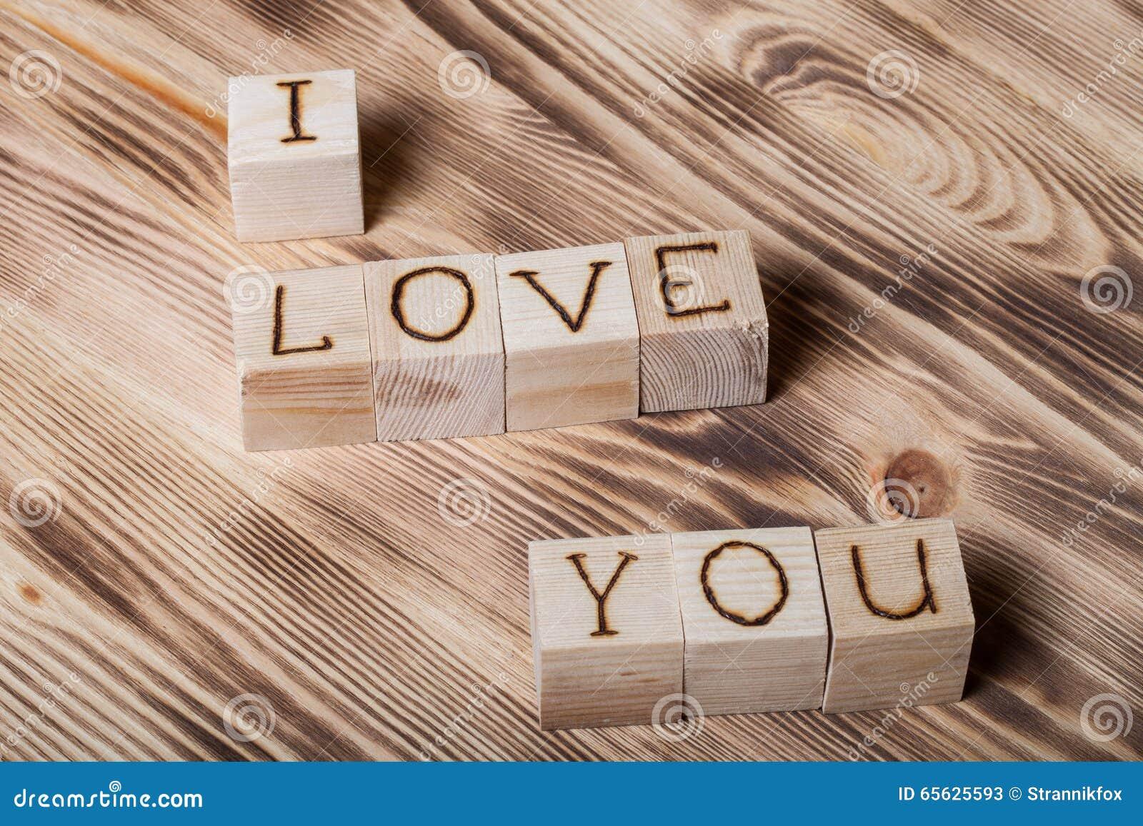 Cubes en bois avec l inscription JE T AIME