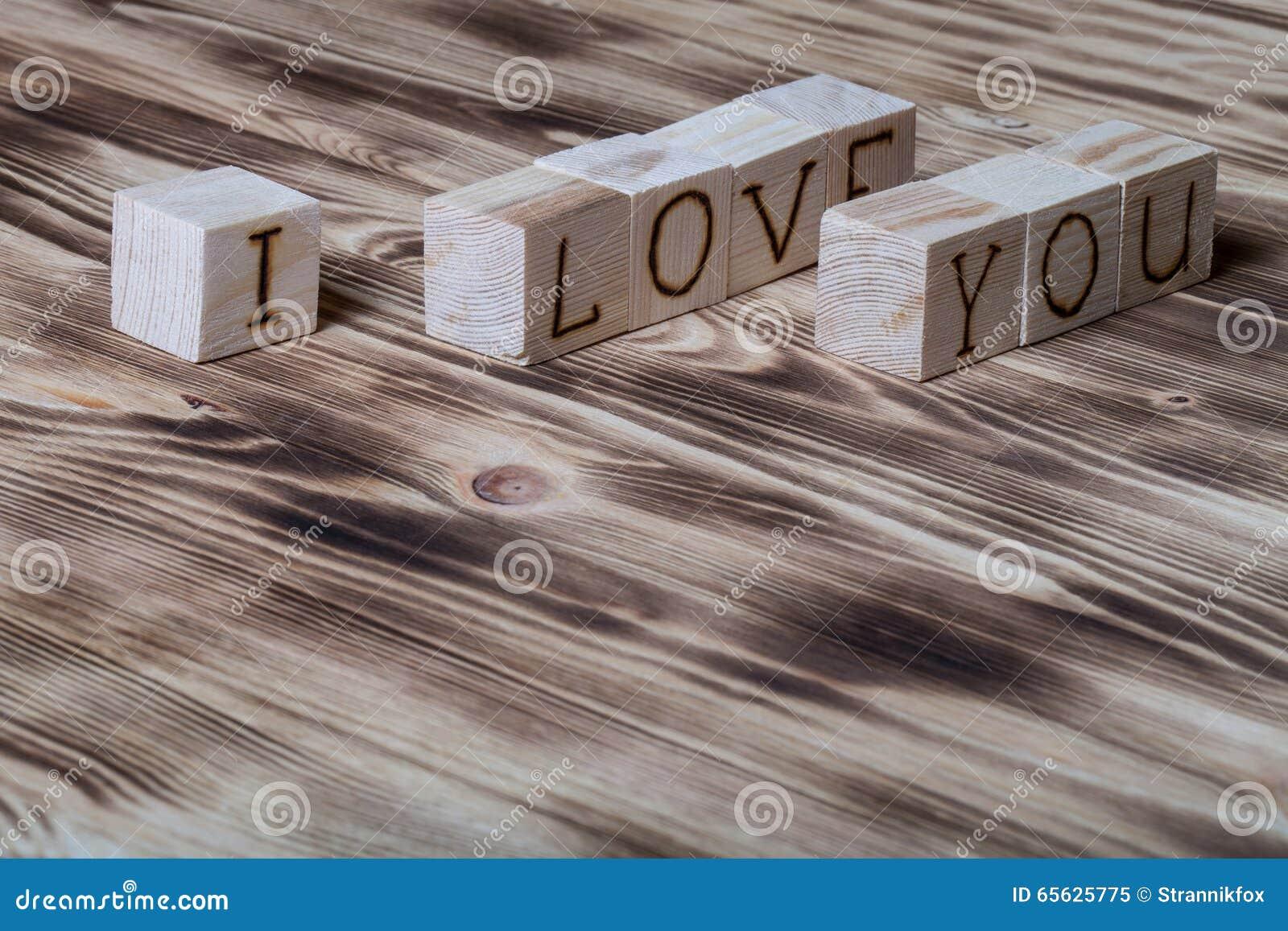 Cubes en bois avec l inscription JE T AIME sur le nouveau fond en bois