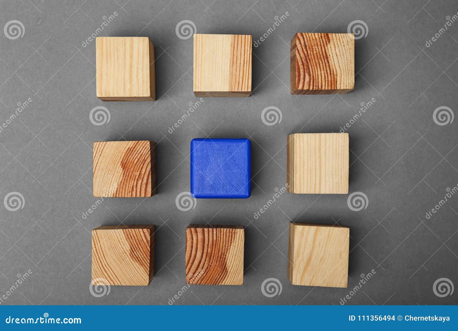 Cubes en bois et un différents