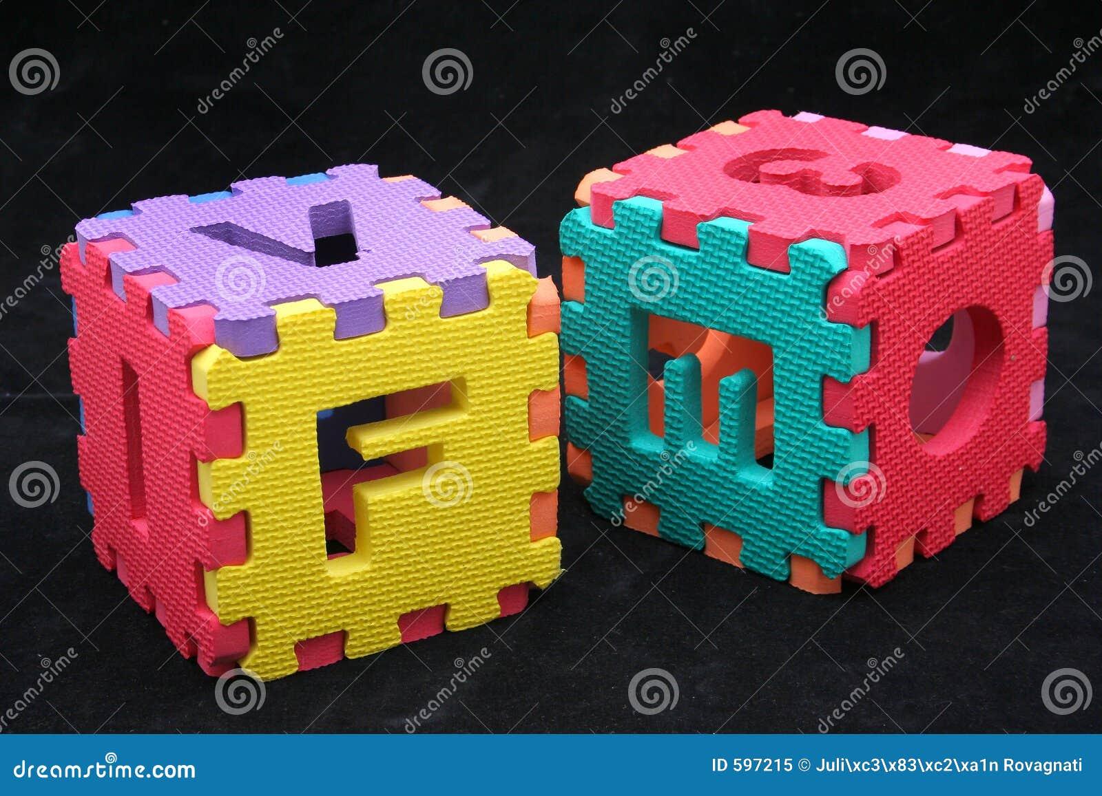 Cubes en puzzle avec des lettres