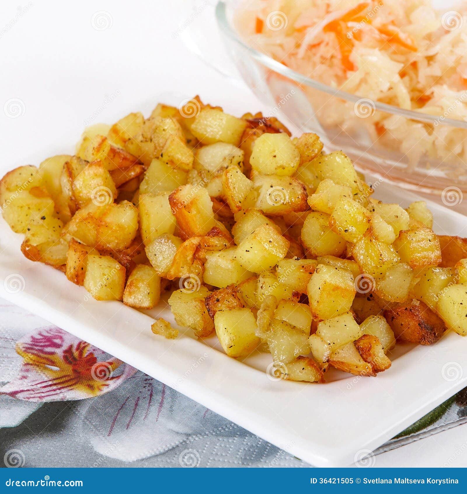 Cubes frits en pomme de terre avec le chou aigre image stock image du cuit boisson 36421505 - Comment couper des pommes de terre en cube ...