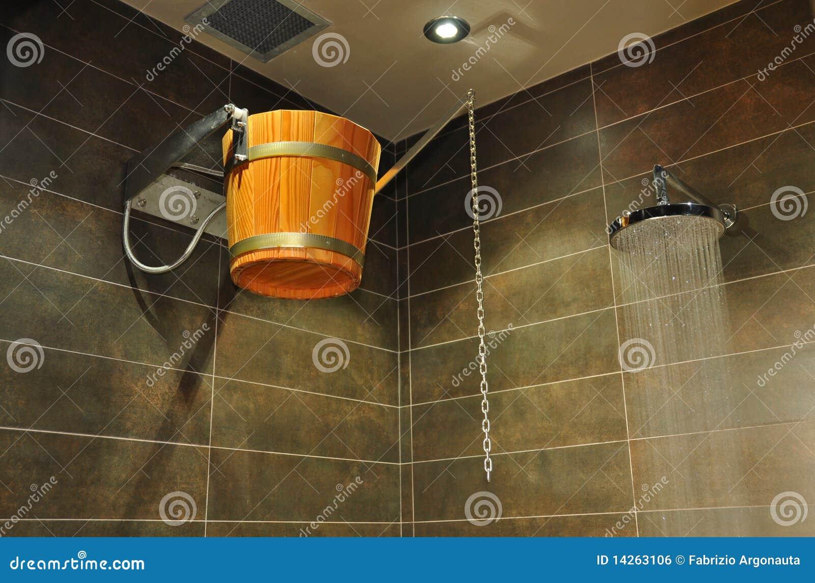 Cubeta de madeira no chuveiro