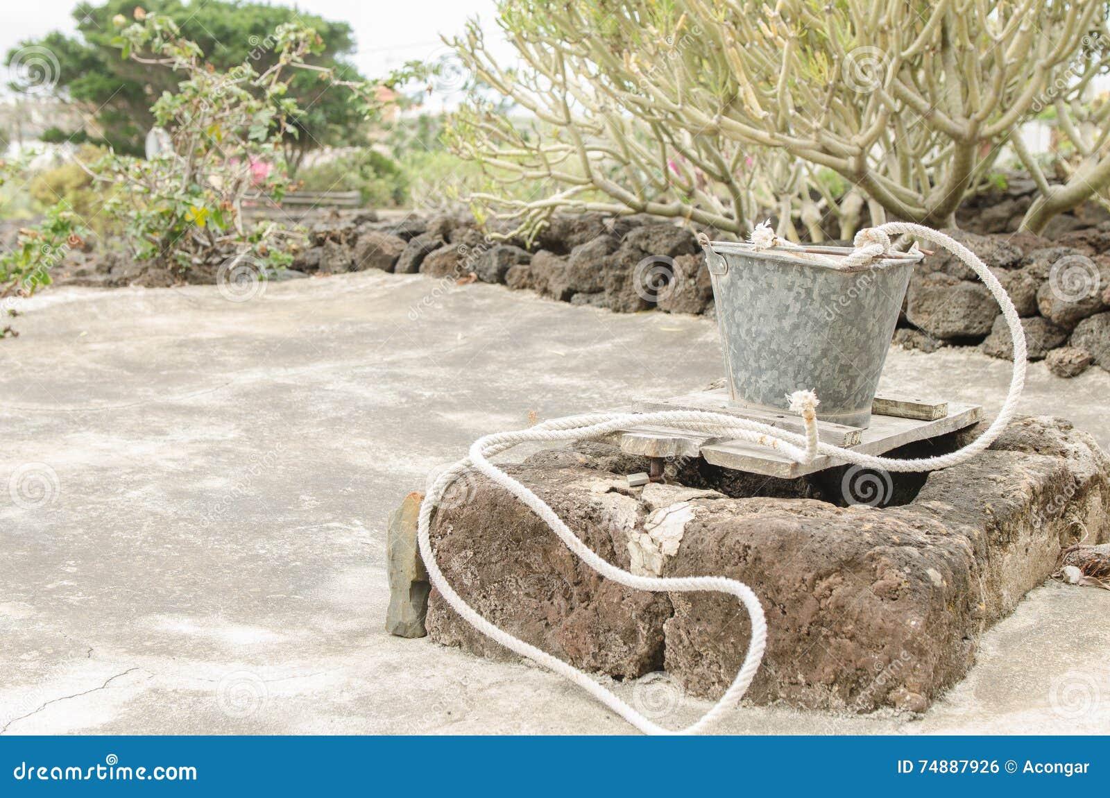Cubeta de pedra do reservatório e do metal