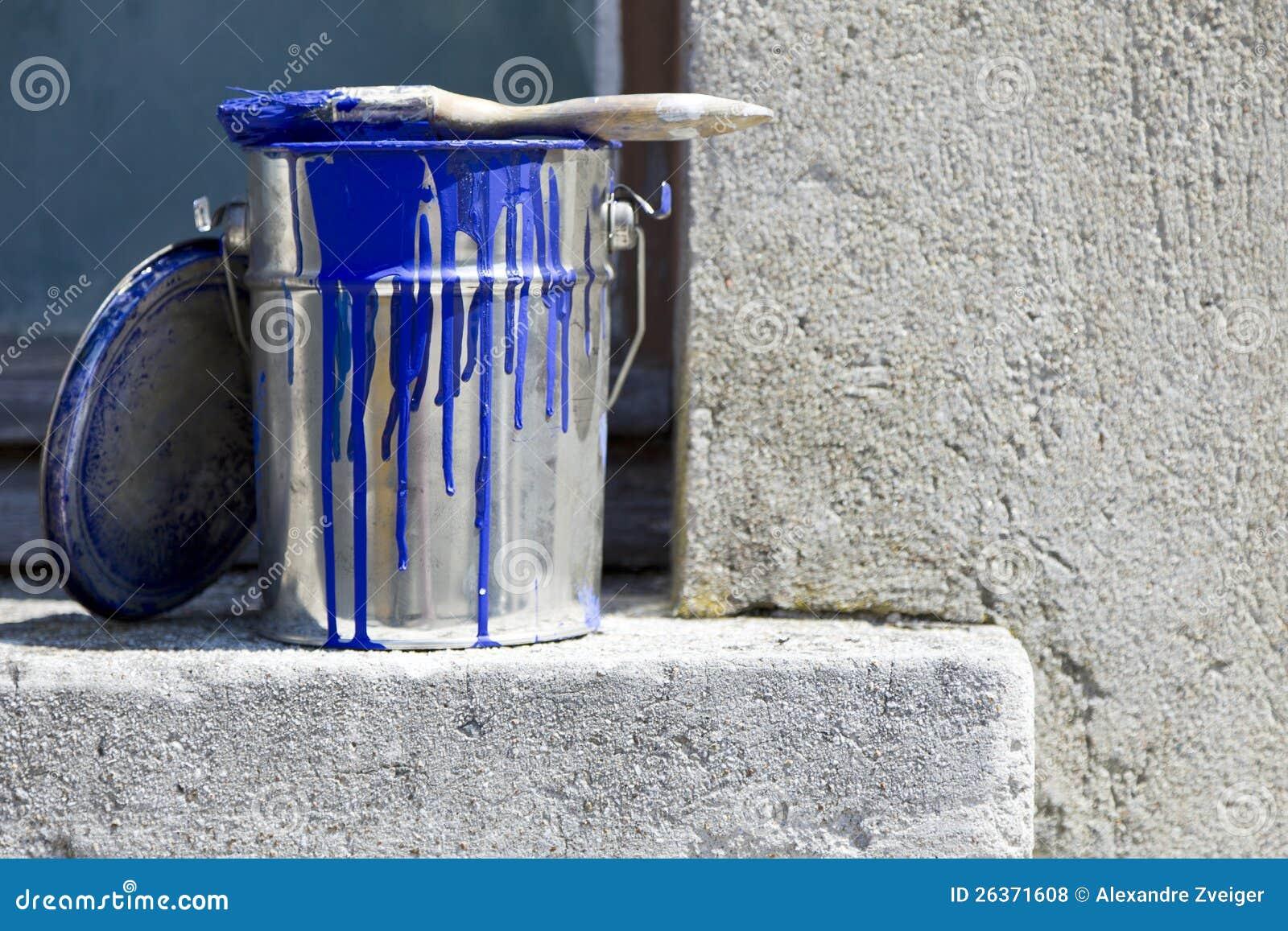 Cubeta e pintura para pintar as paredes da casa
