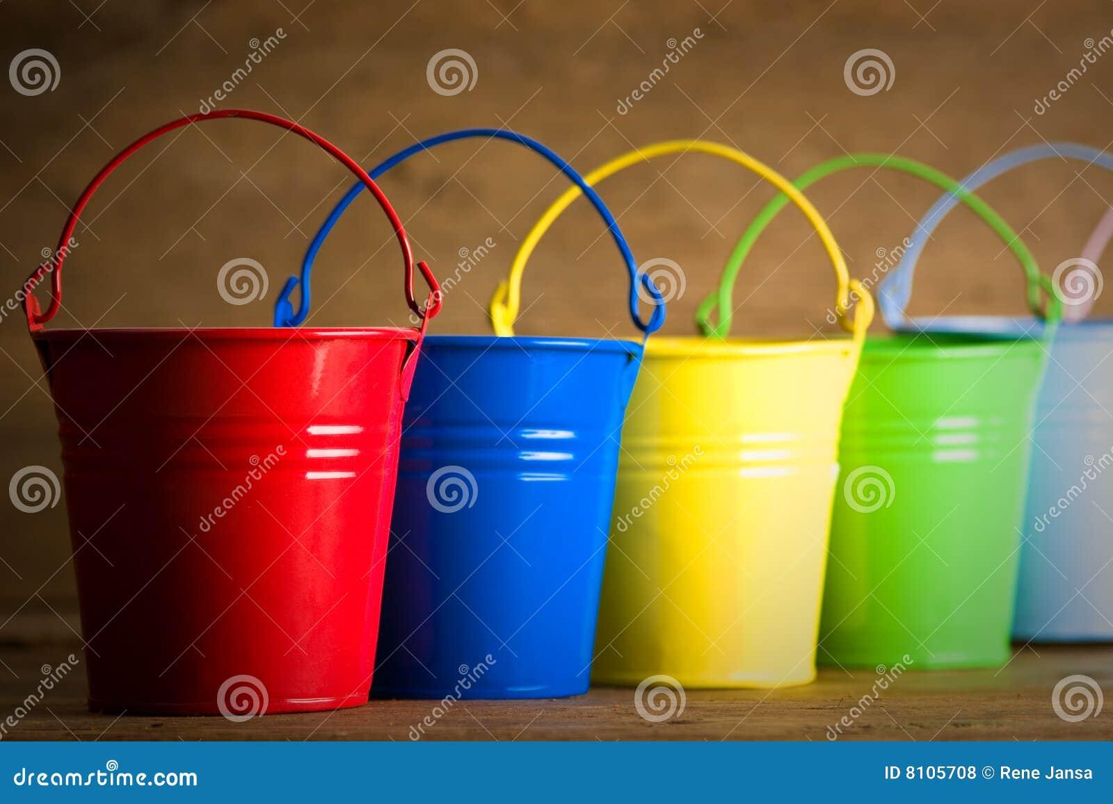 Cubetas coloridas no assoalho