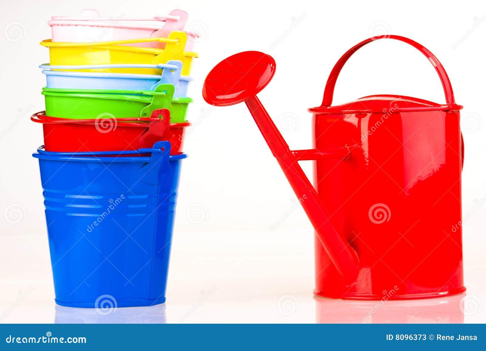 Cubetas e lata molhando coloridas