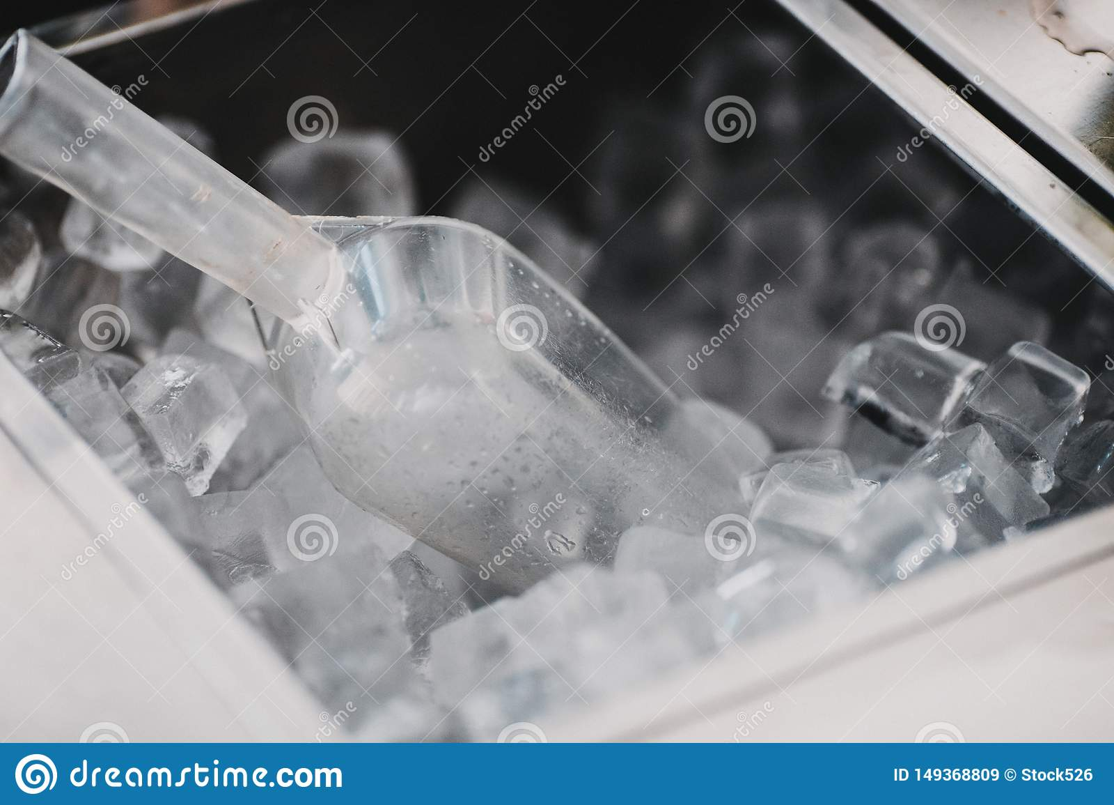 Cubetti di ghiaccio in una barra del cocktail