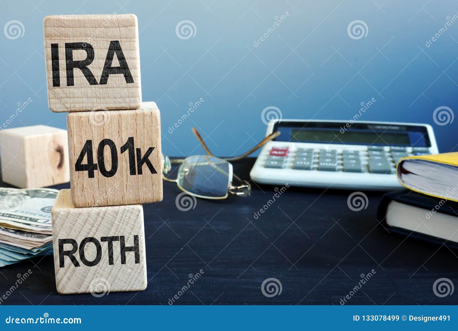 Cubi con le parole IRA, 401k e ROTH Piano pensionistico