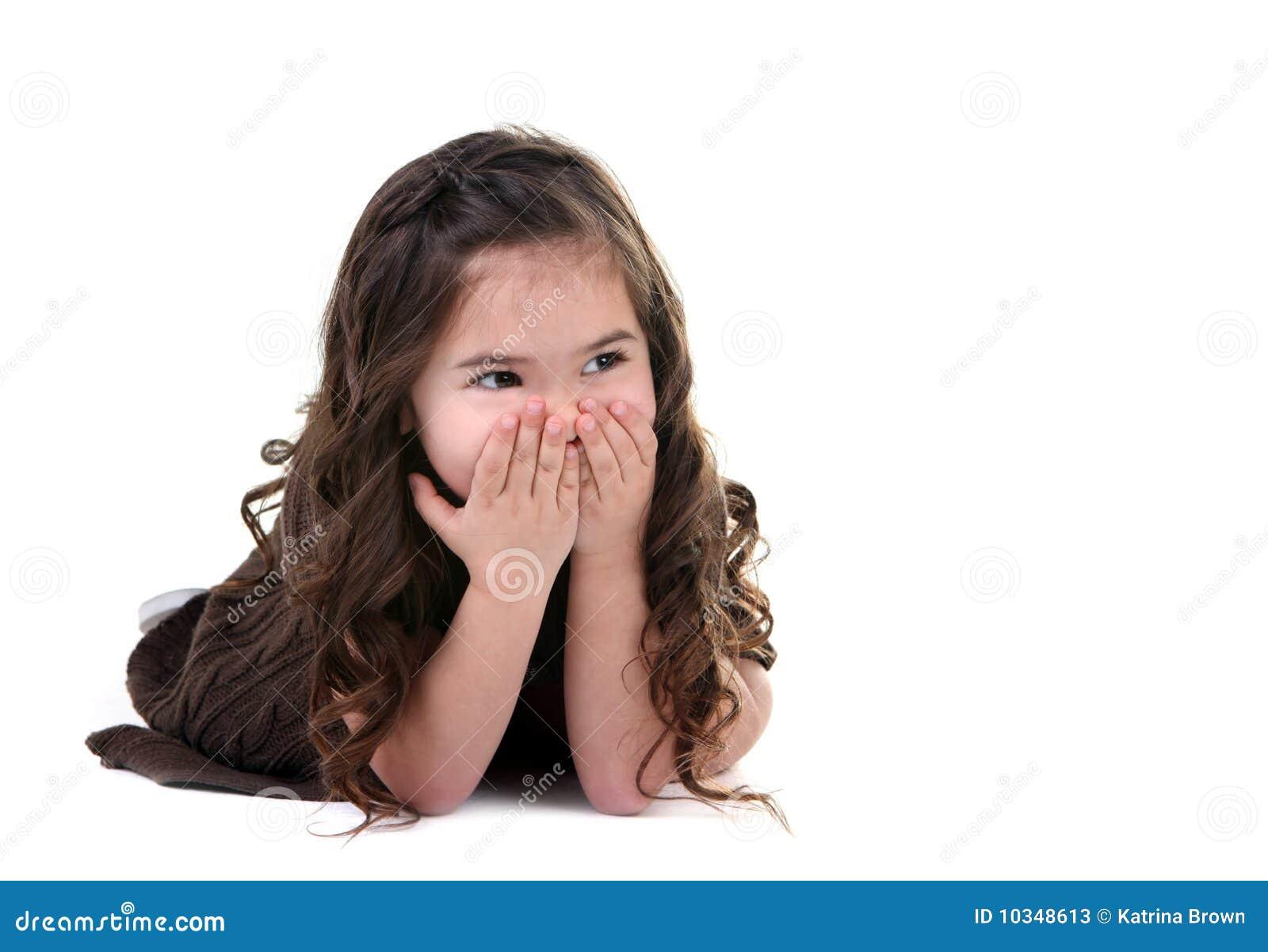 Cubierta adorable de la niña su risa de la boca