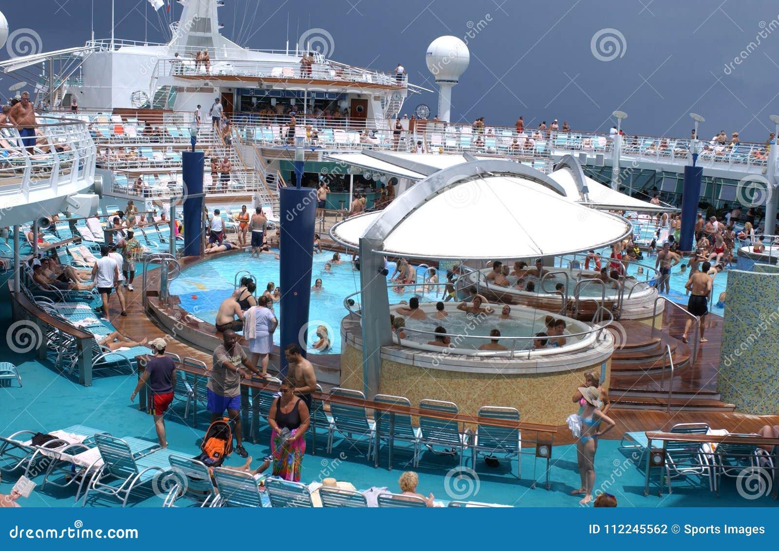 Cubierta del barco de cruceros con con los pasajeros