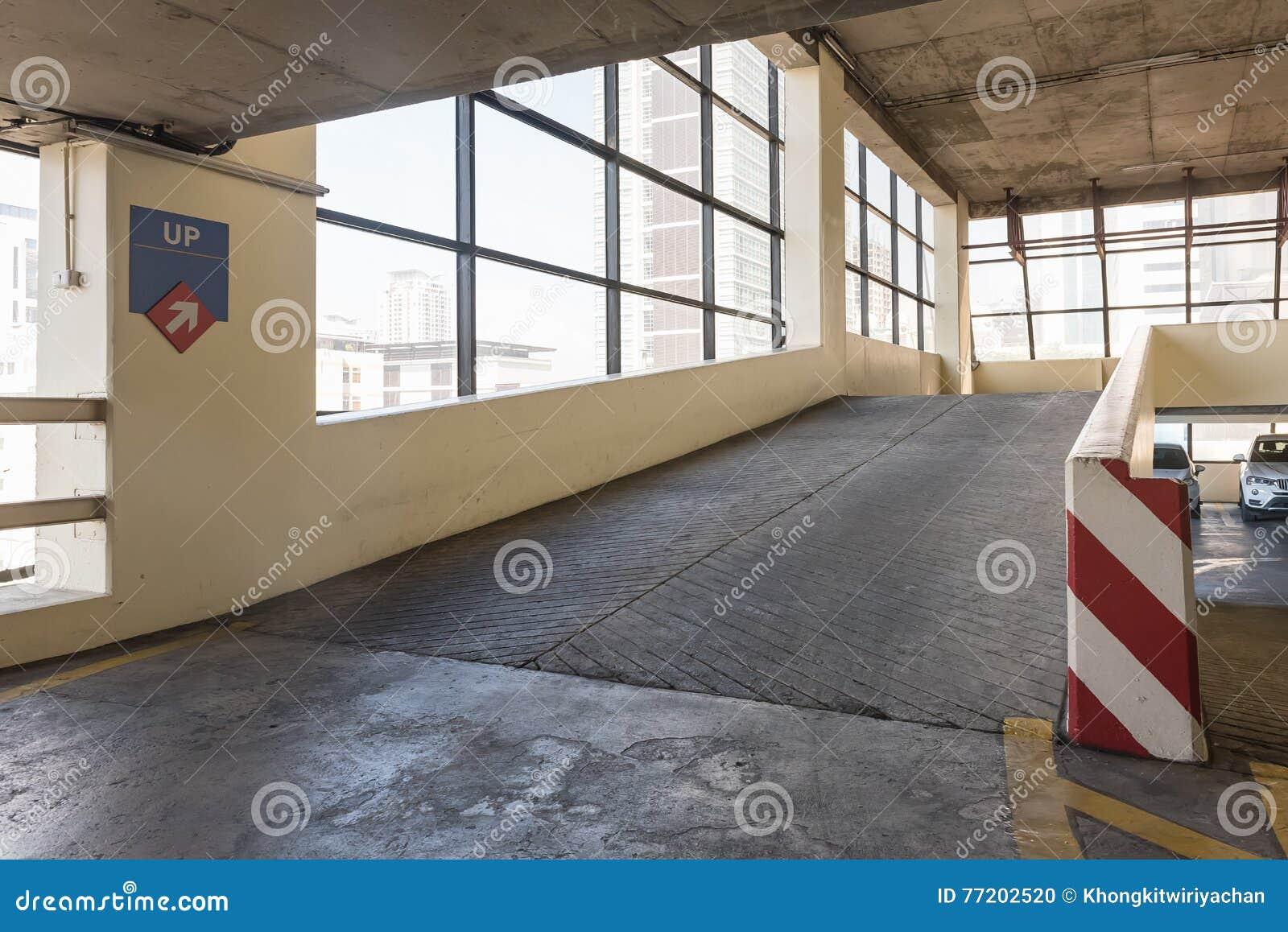 Cubierta Vac A Del Estacionamiento Con La Rampa I Foto De