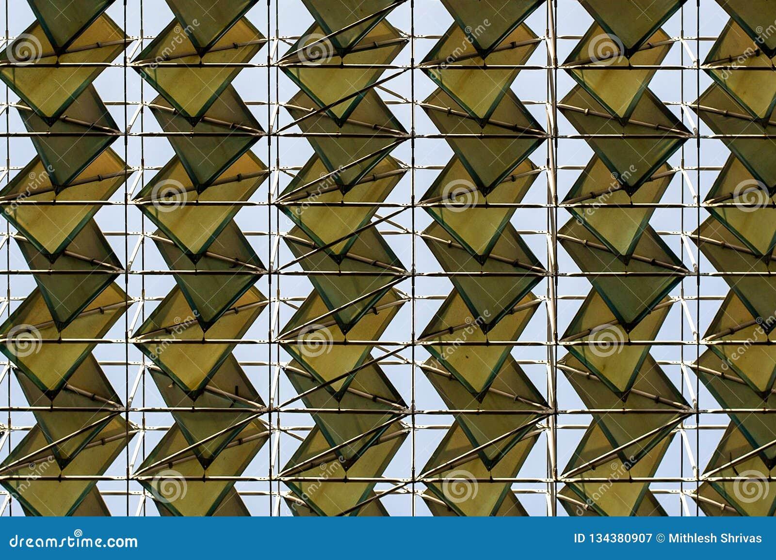 Cubiertas del tejado y líneas de rejilla simétricamente modeladas
