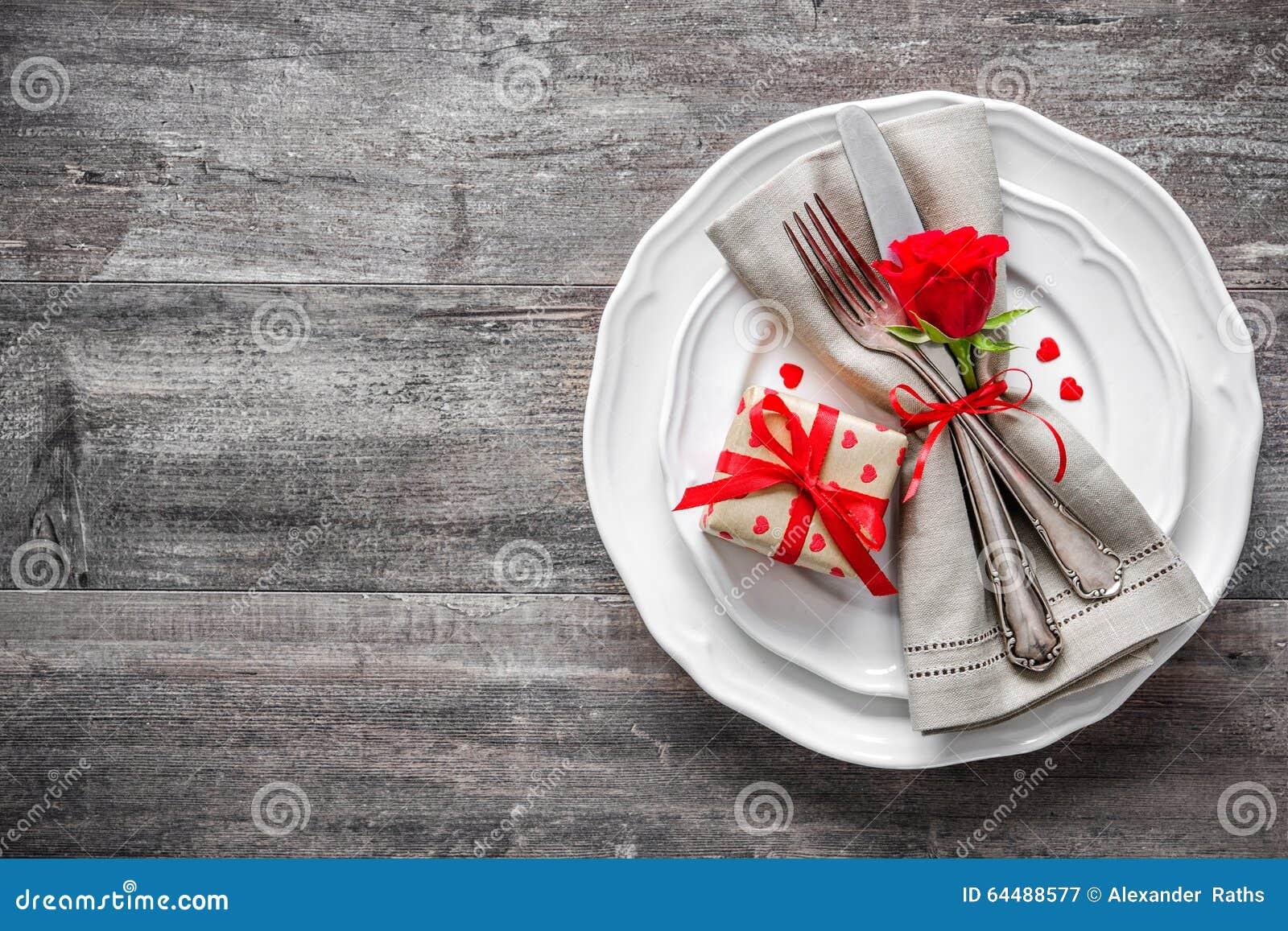Cubierto de la tabla del día de tarjetas del día de San Valentín