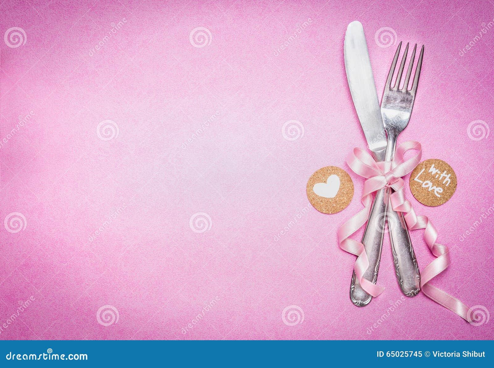 Cubierto romántico de la tabla con la decoración y el mensaje de la muestra para usted y corazón en el fondo rosado, visión super