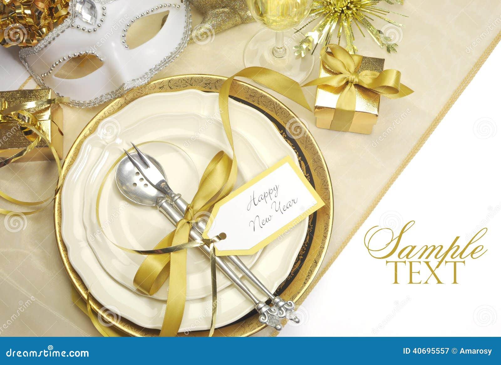 Cubiertos elegantes de la mesa de comedor de la feliz a o for Mesa de comedor elegante lamentable