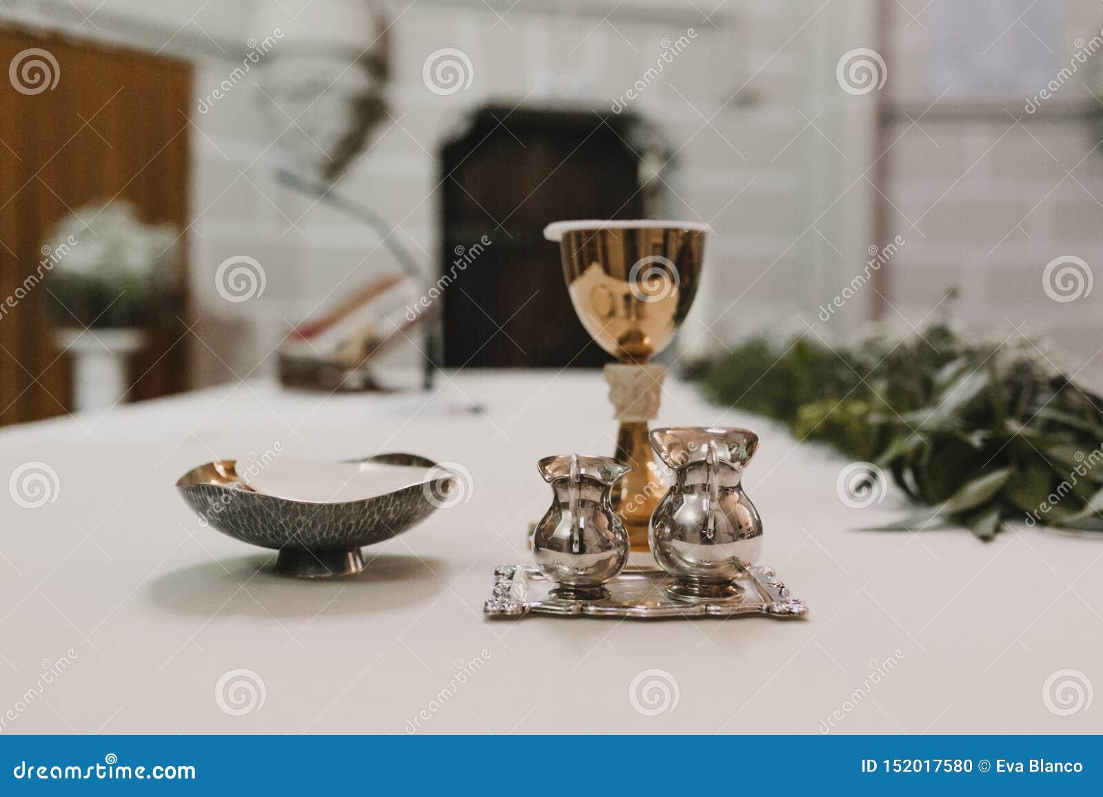 Cubilete de vino en la tabla durante una masa nupcial de la ceremonia que se casa Concepto de la religi?n Ornamentos católicos de