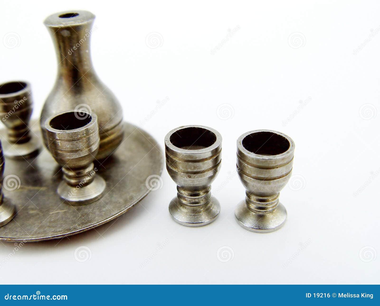 Cubiletes del metal y conjunto de la jarra