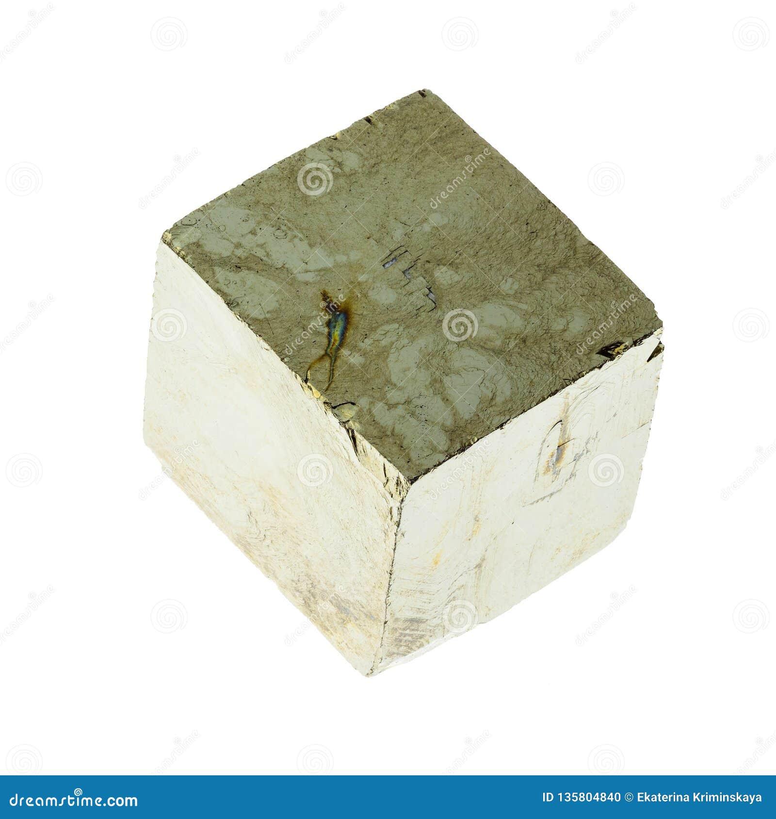 Cubo da pirite de ferro no branco