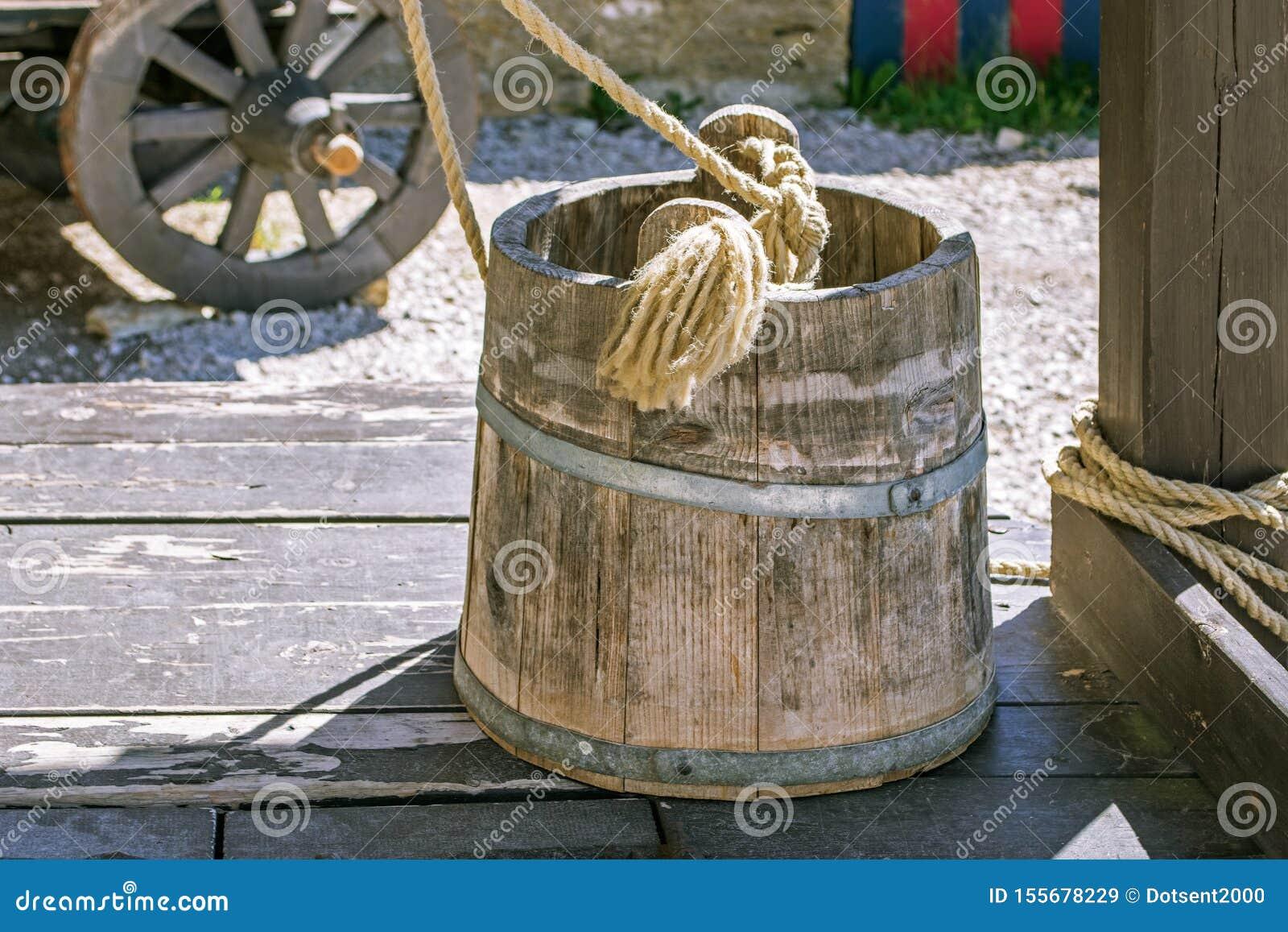 Cubo de madera en el pozo