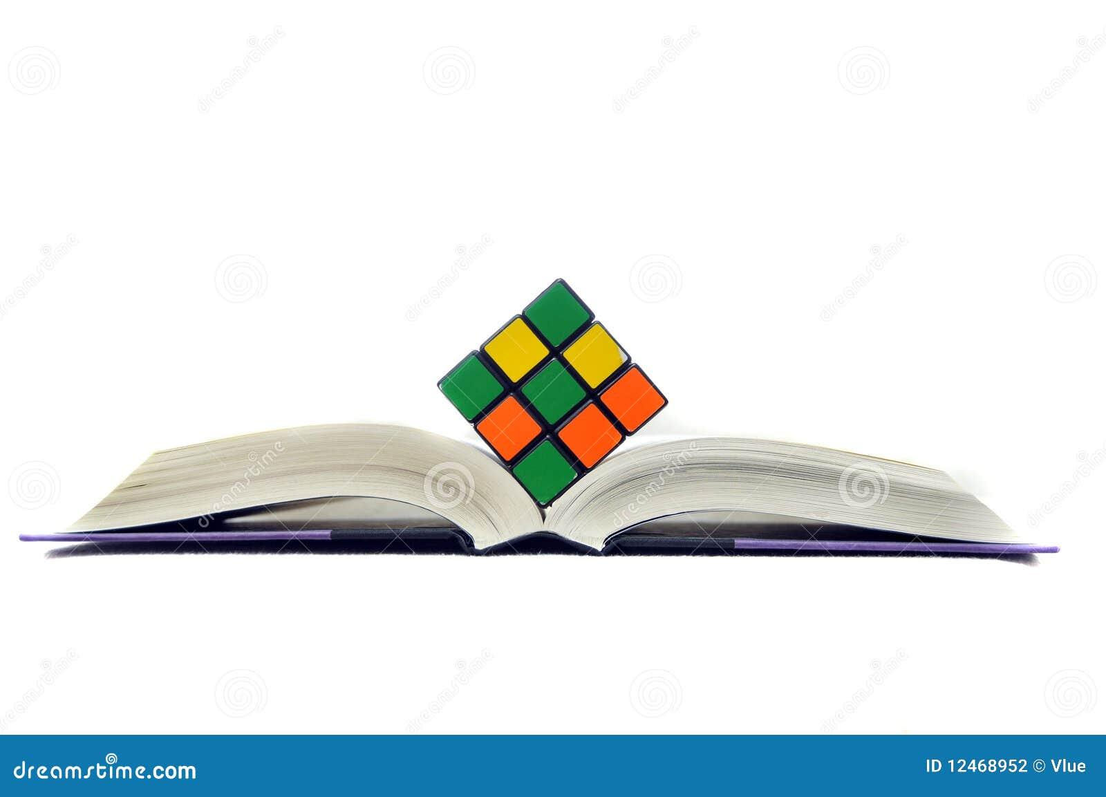Cubo de Rubiks no livro aberto